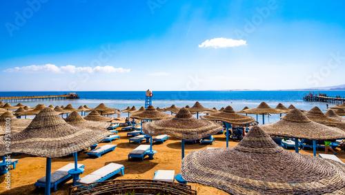 Tableau sur Toile Wide seaside with lot of sun umbrellas and sunbeds