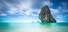 L'île De Poda En Thailande En Pose Longue Sur Trépied Et Mer Calme Pendant Des Vancances De Rêves