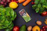 Fototapeta Fototapety do kuchni - Telefon z tekstem low FODMAP diet na ekranie, otoczony warzywami i owocami, zdrowa dieta i odżywianie