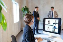オンラインミーティングをする日本人ビジネスウーマン