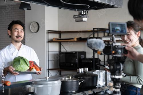 Fotografiet 動画撮影をするシェフの料理系Youtuber 2