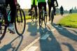 Młodzi ludzie jadą na rowerze w słoneczny dzień