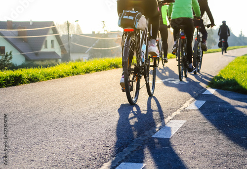 Fototapeta Młodzi ludzie jadą na rowerze w słoneczny dzień obraz
