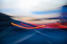 Licht Spuren Autobahn Straße Leuchten Bewegung Hintergrund Scheinwerfer Rücklichter Wischer Verzerrt Verkehr Schnell Unscharf Farben Bunt Sonnenuntergang Blaue Stunde Design Langzeitbelichtung