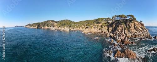 Fotografiet Panorámica aérea de las Calas de Canyers y Cala Corbs en Palamós, Costa Brava en