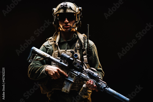 Special forces soldier with rifle on black background Fototapet