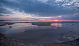 Fototapeta Fototapety z morzem do Twojej sypialni - potok, morze i wschodzace słońce