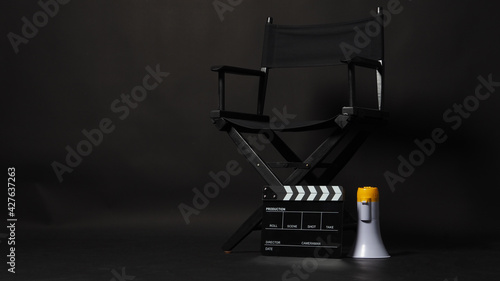 Photo Black director chair and Clapper board or movie Clapperboard with megaphone on black background