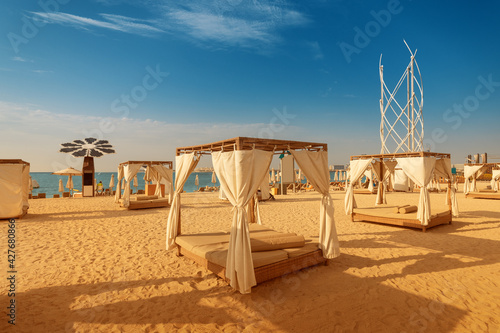 Papel de parede canopy with curtains and parasol sunbeds waiting for tourists in Dubai Jumeirah beach resort