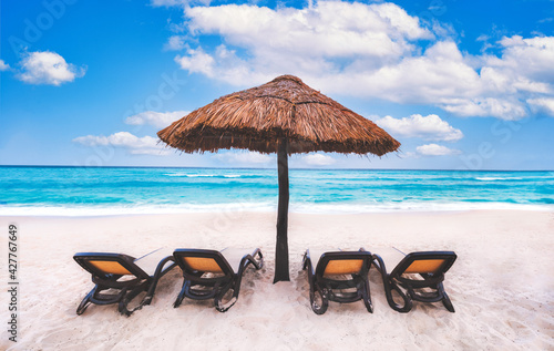 Billede på lærred Beach umbrella near the blue ocean