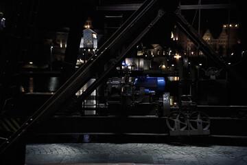 Stary, zabytkowy dźwig portowy nocą