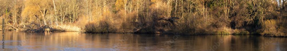 Fototapeta Panorama brzegu jeziora w jesienne popołudnie