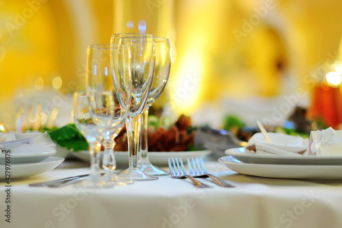 Obraz na plátně colorfull wedding banquet in the restaurant, plates and glasses