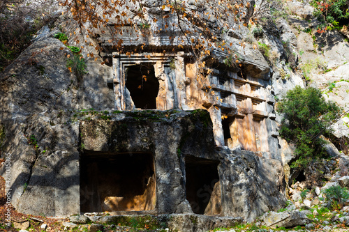 Fotografia View of antique rock burial chambers in ancient Lycian city of Pinara in Turkey