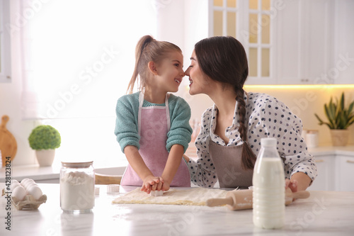Photo Mother and daughter making pastry in kitchen at home