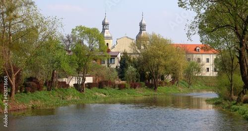 Sanktuarium ojców Paulinów w Wieruszowie od strony rzeki Prosny. - fototapety na wymiar