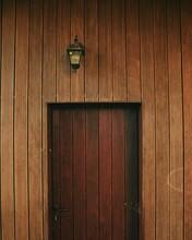 Porta De Madeira Com Candeeiro Antigo