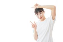 体操服で指をさす若い女子学生