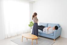 寝ている夫を責める妻