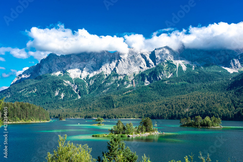 Canvas Faboulus landscape of Eibsee Lake with turquoise water in front of Zugspitze summit under sunlight