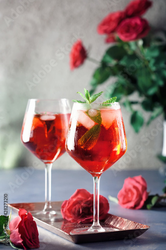 Canvas-taulu Two alcohol cocktails set with red roses