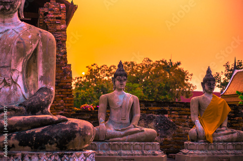 Obraz na plátně Background of old Buddha statues in Thai religious attractions in Ayutthaya Province, allowing tourists to study their history and take public photos