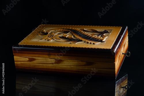 drewniana szkatułka z rzeżbionym wiekiem