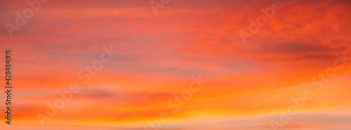 Cielo con nubes de color naranja al atardecer - fototapety na wymiar