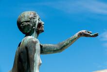 Historischer Hygieia Brunnen Mit Bronzefiguren In Karlsruhe