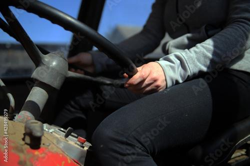 Prace rolnicze ciągnik obsługa kobieta pole - fototapety na wymiar