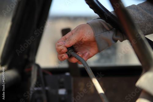 Obraz Prace rolnicze ciągnik obsługa kobieta pole - fototapety do salonu