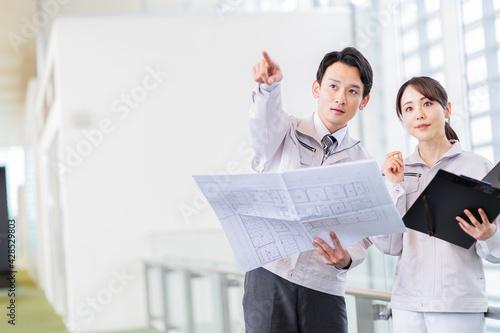 Fotomural 作業着を着た日本人男女 ポートレート