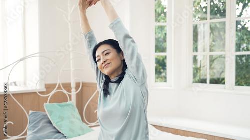 Tablou Canvas ストレッチするミドル女性 爽やかな朝 快眠 ヘルスケア