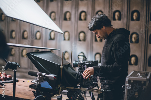 Canvas Print Director of photography with a camera in his hands on the set.