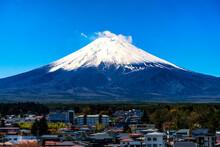 晴れた日の青空に映える富士山と裾野に広がる山梨県富士吉田市