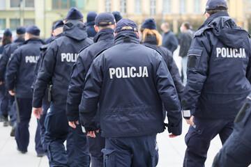 Oddział polskiej policji podczas akcji zabezpieczenia miasta.