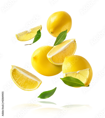 Foto creative image with fresh lemons falling in the air, zero gravity food conceptio