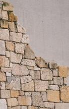 Parede De Texturas Diferentes, Uma Parte Em Blocos De Pedra Bruta, Outra Parte Em Betão Armado