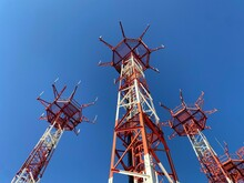 Torre De Antenas Para Radiocomunicaciones De Navegación Aérea. Concepto De Telecomunicaciones.