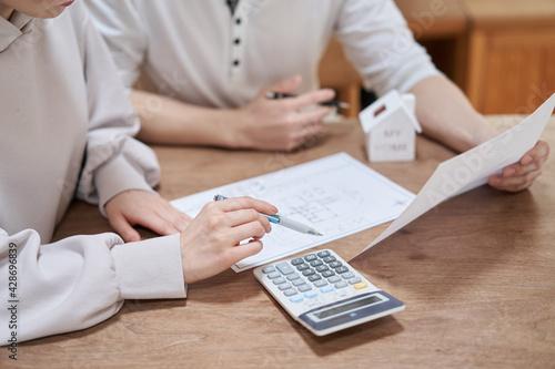住宅購入を考えるアジア人の夫婦