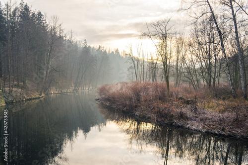 zakole rzeki Biała Głuchołaska we mgle - fototapety na wymiar