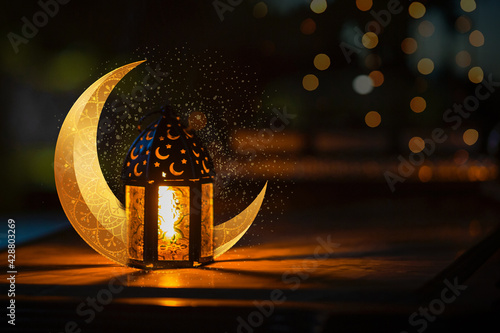 Photo Ornamental Arabic lantern with crescent moon - Ramadan Kareem