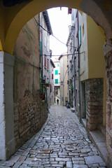 Wąska uliczka w stylu włoskim w małym miasteczku w Chorwacji