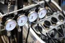 バキュームゲージを使用した4気筒のオートバイのキャブレターの同調調整