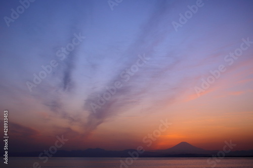 Foto 夕暮れの富士山(藤沢市江の島付近から相模湾を挟んで臨む)