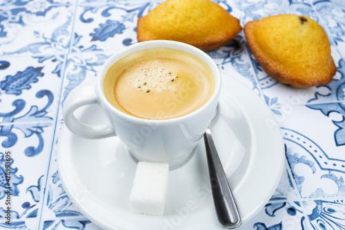Canvas Print tasse de café et madeleines sur une table