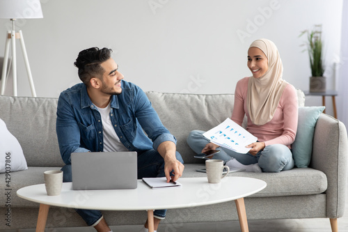 Tableau sur Toile Young arab couple looking for health insurance on Internet