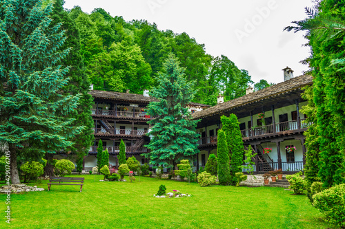 Fotografiet view of an inner courtyard of the famous troyan monastery in Bulgaria