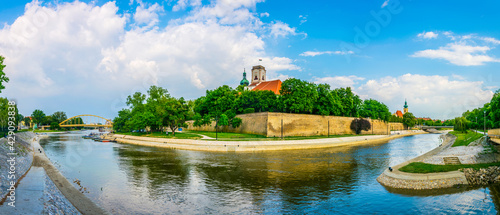 Foto bishop castle and cathedral tower over the river in gyor city in Hungary