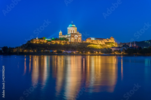 Fotografie, Obraz Night view of the famous basilica of esztergom reflecting on the danube river, H